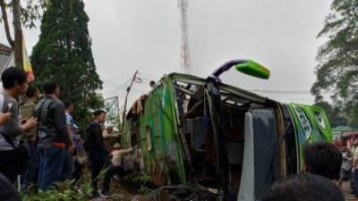 انڈونیشیا: مسافر بس الٹنے سے 8افراد ہلاک