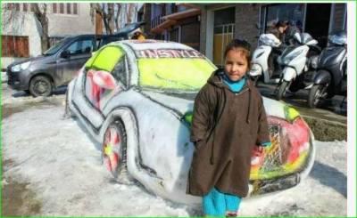 سری نگر، نوجوان نے برف کی کار بناڈالی