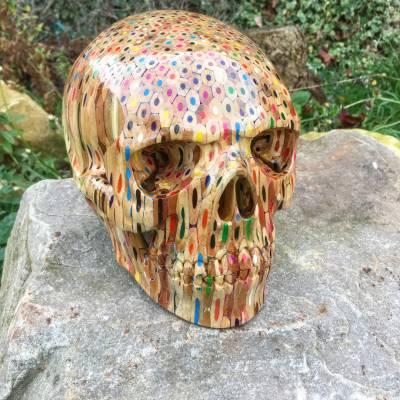 برطانوی آرٹسٹ نے 646 رنگین پنسلوں سے انسانی کھوپڑی کا ماڈل تیار کرلیا