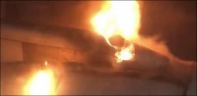 کراچی:جناح انٹرنیشنل ائیرپورٹ پر کھڑے طیارے میں آگ بھڑک اٹھی