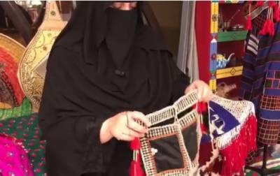 40 برس سے روایتی ملبوسات سینے کا شغف رکھنے والی سعودی خاتون