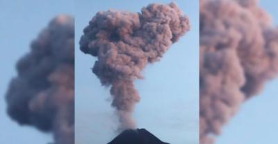 انڈونیشیا :آتش فشاں پھٹنے کے ساتھ 2ہزار میٹر تک راکھ بلند ہونے کا منظر، ویڈیو وائرل