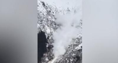 الاسکا میں برف سے ڈھکے پہاڑ پر دھماکے