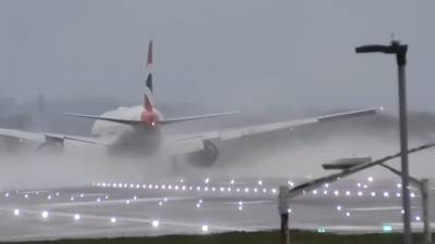 برطانیہ میں پھر طوفان اور بارش، طیاروں کی لینڈنگ مشکل
