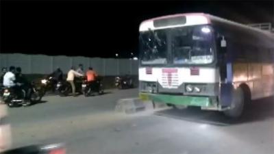بھارت :سواری نہ ملی تو مسافر نے منزل پر جانے کیلیے بس چرالی