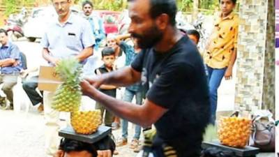 بھارت:سروں پر موجود 75 پائن ایپل تیز دھار تلوار سے کاٹنے کا عالمی ریکارڈ قائم