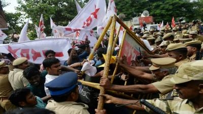 ٹرمپ کا دورہ بھارت،دہلی سلگ اٹھی,پر تشدد مظاہرے,7افراد جاں بحق،90زخمی