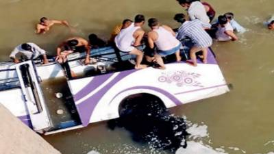 بھارت: باراتیوں سے بھری بس دریا میں گرگئی، 25 افراد ہلاک