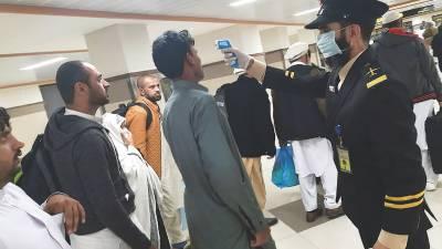 کورونا وائرس:لاہورایئرپورٹ سے300 عمرہ زائرین کو آف لوڈ کر دیا گیا
