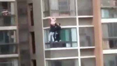 چین: پانچویں منزل کی کھڑکی میں پھنسی بچی کی جان بچالی گئی