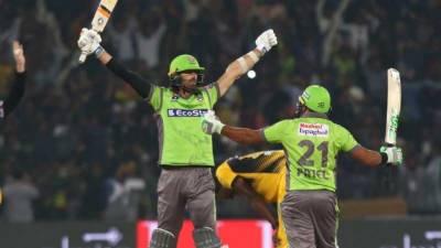 پی ایس ایل: لاہور قلندرز نے سنسنی خیز مقابلے کے بعد پشاور زلمی کو پانچ وکٹوں سے شکست دیدی
