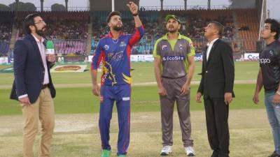 کراچی کنگز کے کپتان عماد وسیم کا ٹاس جیت کر لاہور قلندرز کو پہلے بیٹنگ کرانے کا فیصلہ