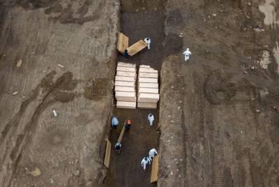 امریکا: کرونا سے ہلاک افراد کی تدفین کے لیے جگہ کم پڑگئی، اجتماعی قبروں کی تیاری