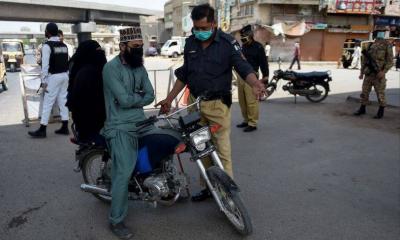 کراچی: موٹرسائیکل کی ڈبل سواری پر عائد پابندی کی خلاف ورزی پر 291 افراد گرفتار