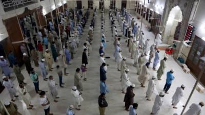 ملک بھر میں عید الفطر کے چھوٹے بڑے اجتماعات، سماجی فاصلے کی جزوی پاسداری