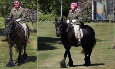 کورونا وائرس لاک ڈاﺅن میں نرمی، برطانوی ملکہ الزبتھ دوئم کی ونڈسر کاسٹل ہوم پارک میں گھڑ سواری کرتے ہوئے پہلی تصویر جاری