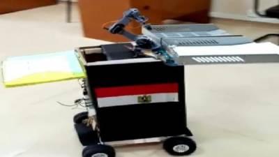 مصری یونیورسٹی میں امتحان کے دوران طلبا میں روبوٹ کے ذریعے سوالیہ پرچہ تقسیم