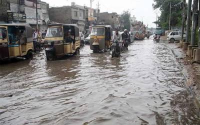 بادل برسنے سے کراچی والوں کو پھر مشکلات، شہر کے بیشتر علاقے زیر آب