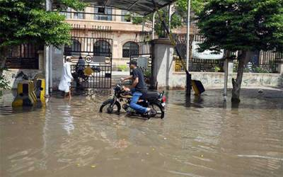 کراچی : بارش شہریوں کیلئے مصیبت بن گئی، شاہراہیں زیرآب، پانی گھروں میں داخل