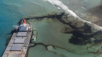 ماریشس کے قریب آئل ٹینکر سے سمندر میں بہہ جانے والا تیل جمع کرنے کا کام شروع