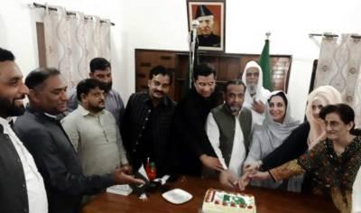 پی ٹی آئی نے صوبائی دارلحکومت لاہور میں 100 سے زائد مقامات پر جشن آزادی کے موقع پر کیک کاٹے