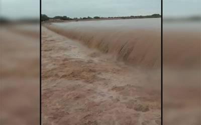 کراچی : بارش کے بعد ندی نالے بپھر گئے، ملیر ندی میں طغیانی، پانی گھروں میں داخل