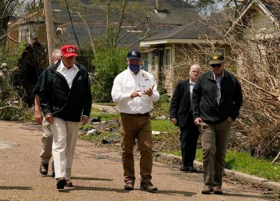 امریکی صدر کا لوئیزیانا اور ٹیکساس میں سمندری طوفان لارا سے متاثرہ علاقوں کا دورہ