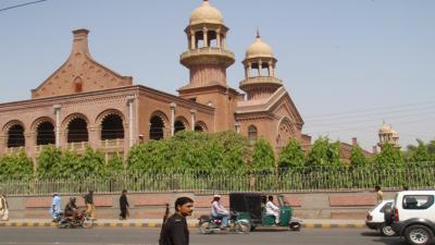 لاہور ہاٸیکورٹ نے پرائیویٹ سکولز کو بروقت فیس جمع نہ کرانے والے طلباء کو سکولوں سے بے دخلی سے روکتے ہوئے درخواست پر فیصلہ محفوظ کرلیا