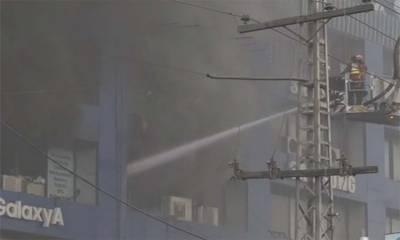 لاہور:گلبرگ میں واقع پلازے میں آتشزدگی، ریسکیو گاڑیاں آگ بجھانے میں مصروف