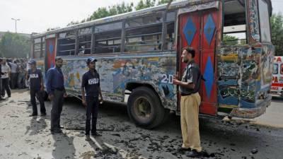 کراچی کی شیریں جناح کالونی میں بس کے قریب دھماکا، 6 افراد زخمی