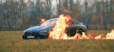 روسی یوٹیوبرکی تین کروڑ روپے کی مرسڈیز نذر آتش کرنے کی ویڈیو وائرل