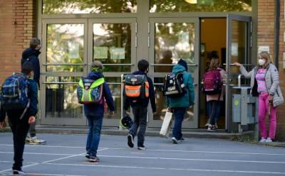 کورونا وائرس کے خطرے کے باوجود اسکول کھلے رکھنے کی تجویز