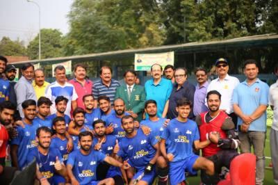 لاہور میں جاری نیشنل ٹرے ہاکی چیمپیئن شپ کے موقع پر ٹیموں کے کھلاڑیوں اور آفیشلز میں پولیو فری کی شرٹ تقسیم کی گئی