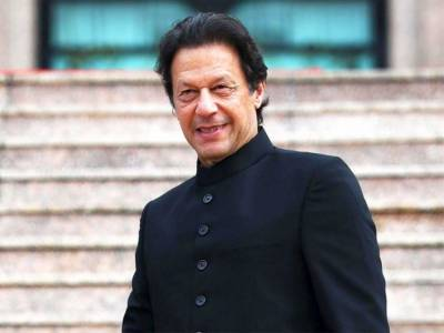 وزیر اعظم عمران خان کی والدین کے ساتھ نایاب تصویر شیئر کردی