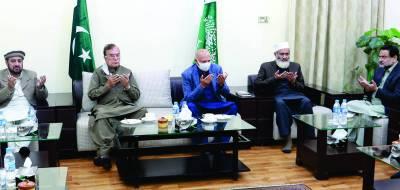 گورنر پنجاب چودھری محمد سرور اورمیاں منظور احمد وٹو کا منصورہ میں سینیٹر سراج الحق سے ان کی والدہ کے انتقال پر اظہار تعزیت