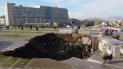 اٹلی کے اسپتال کے باہر زمین دھنس گئی،گہرا گڑھا پڑ گیا