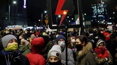 پولینڈ میں اسقاط حمل نئے قوانین نافذ، مزید سخت کیے جانے کے خلاف ہزارہا افراد کا احتجاج