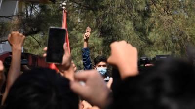 میانمار میں فوجی بغاوت کے خلاف عوامی احتجاج میں شدت ،ساتذہ اور طلبہ سڑکوں پر