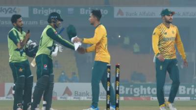 پاکستان نے تیسرے ٹی ٹوینٹی میچ میں جنوبی افریقہ کو 4 وکٹوں سے شکست دے کر سیریز 2-1 سے اپنے نام کرلی