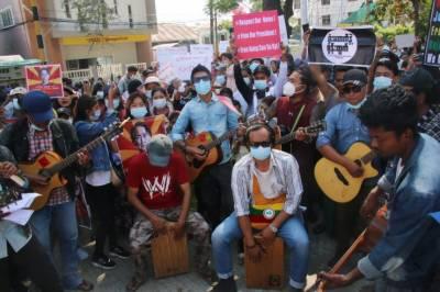 میانمار میں ہزاروں افراد بینڈ باجے لے کر سڑکوں پر نکل آئے
