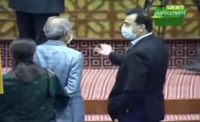 عبدالحفیظ شیخ اور سید یوسف رضا گیلانی کا پارلیمنٹ ہاﺅس میں آمناسامنا