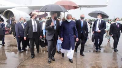 روس جیسے بڑے ملک کا وزیر خارجہ جب خود چھتری اٹھاسکتا ہے تو پاکستانی وزیر خارجہ ایسا کیوں نہیں کرسکتے, صارفین کی جانب سے شدید تنقید