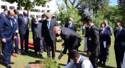 روسی وزیر خارجہ کی دفتر خارجہ آمد، وزارت خارجہ کے سبزہ زار میں یاد گاری پودا لگایا