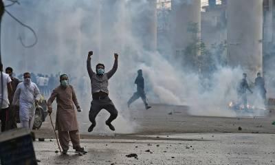 کراچی اور لاہور میں بعض مقامات پر سڑکیں ٹریفک کے لیے بند