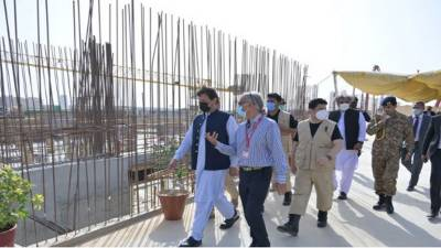 وزیراعظم کا کراچی میں شوکت خانم میموریل ٹرسٹ ہسپتال کی عمارت کا دورہ