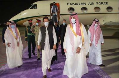 وزیراعظم سعودیہ پہنچ گئے، جدہ ائیرپورٹ پر سعودی ولی عہد نے پرتپاک استقبال کیا