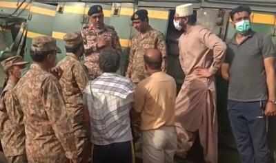 ڈی جی رینجرز سندھ اور جی او سی پنوں عاقل کا ٹرین حادثہ کی جگہ کا دورہ
