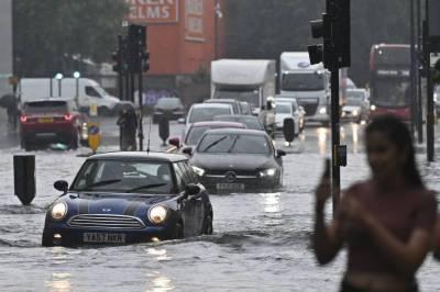 لندن میں طوفانی بارش: اسپتالوں میں پانی داخل، سروس معطل