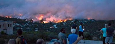 یونان کے جنگلات میں لگی آگ بے قابو، ہزاروں افراد انخلا پر مجبور