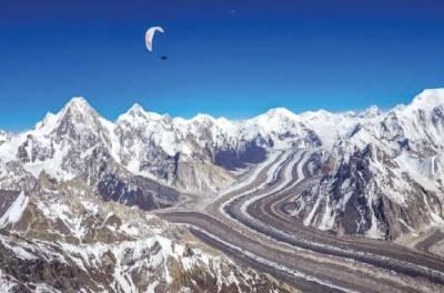 فرانسیسی پیراگلائیڈرنے8ہزار407 میٹر کی بلندی سے پیراگلائیڈنگ کرکے نیا عالمی ریکارڈ قائم کردیا